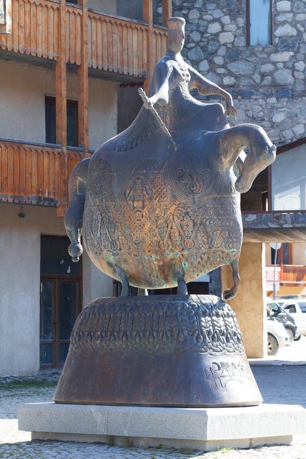 Modern monument som gör till drottning Tamar Great på den centrala fyrkanten i Mestia, Svaneti region av Georgia royaltyfri bild