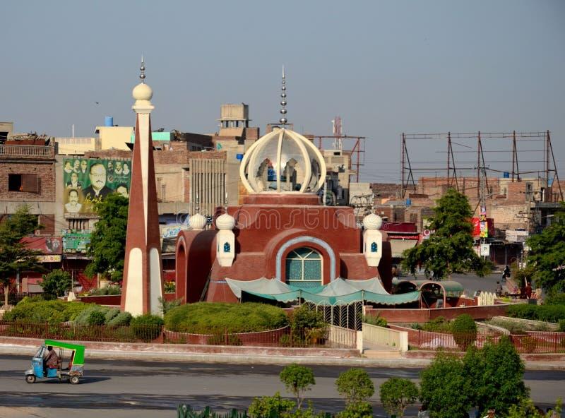 Modern moské i centrumtrafik tillkrånglade Multan Pakistan arkivfoton