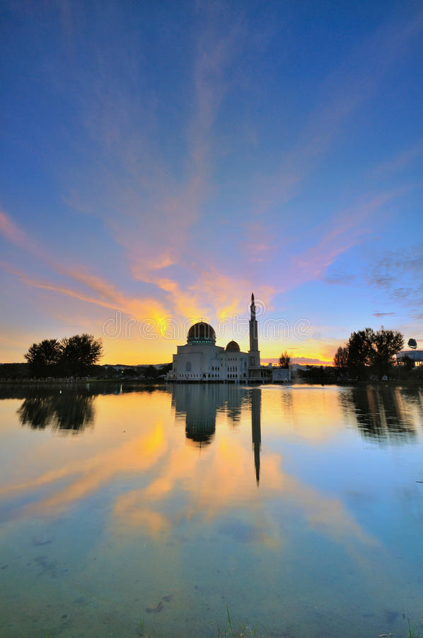 Modern moské under solnedgång royaltyfria foton