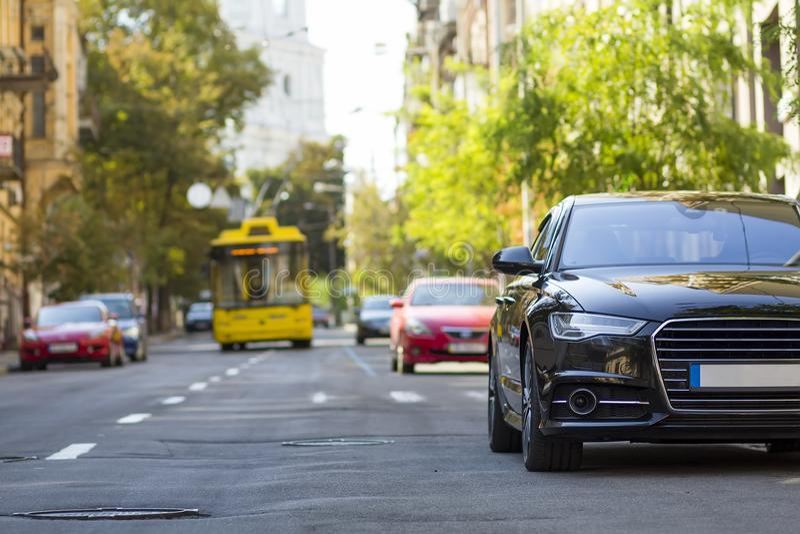 Modern ny bil på sidan av gatan Rader av bilar som parkeras på arkivfoton