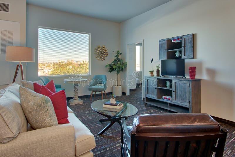 Modern ny vardagsrum och möblemang för lyxig semesterort arkivfoton