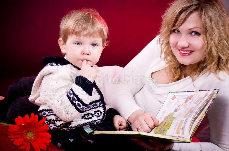 Modern och barn behandla som ett barn pojken fotografering för bildbyråer