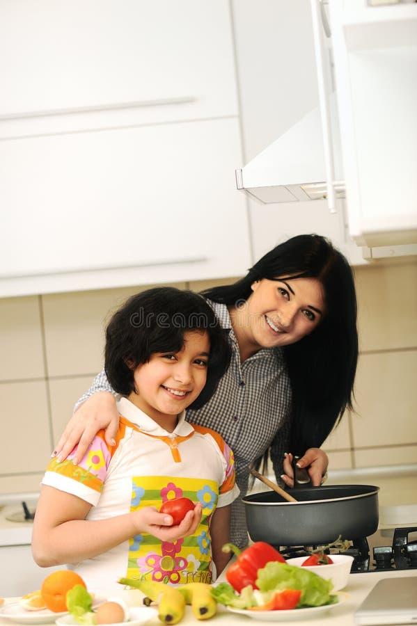 Modern och barn förbereder sig royaltyfri foto
