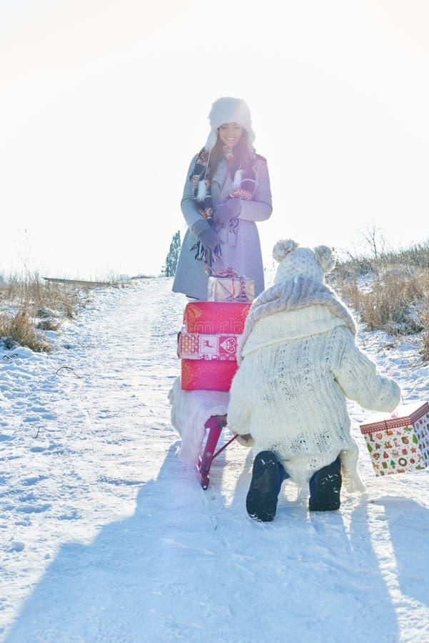 Modern och barnet levererar gåvor fotografering för bildbyråer