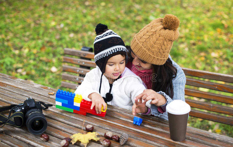 Modern och barnet parkerar in att spela med kvarter royaltyfri bild