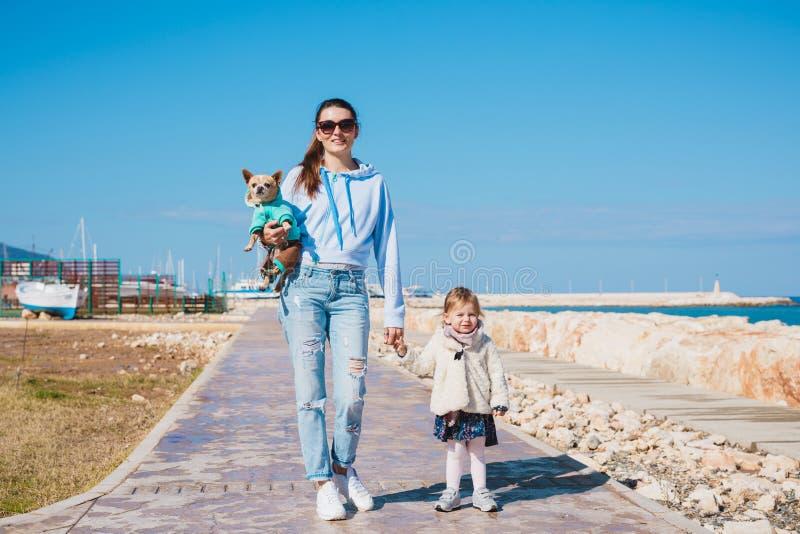 Modern och den lilla dottern som går på sommar, sätter på land royaltyfri bild