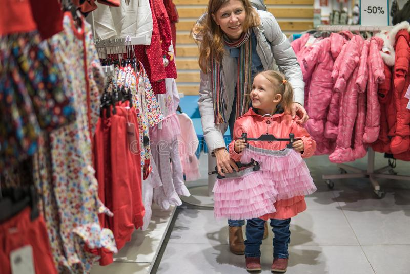 Modern och dottern är gå och shoppa på gallerian royaltyfri foto