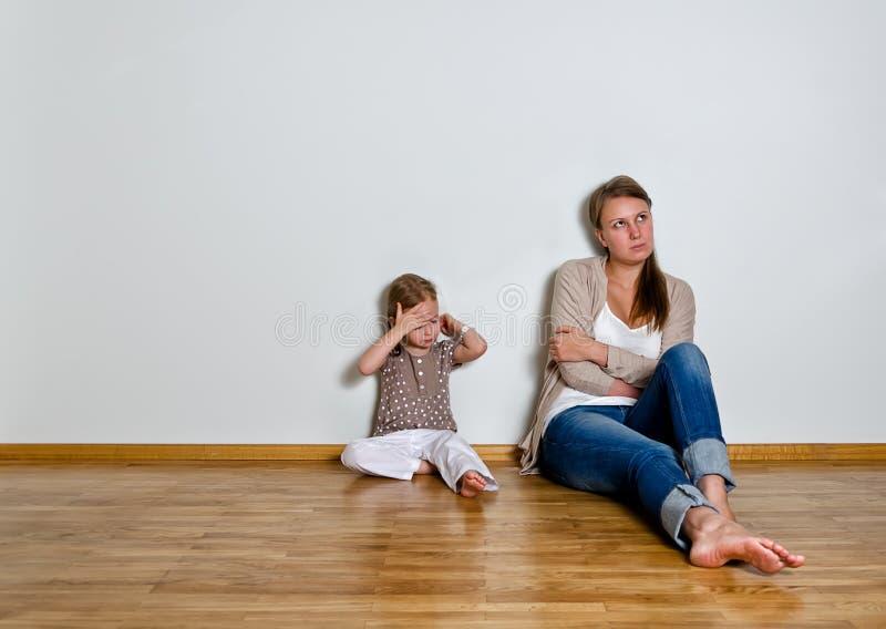 Modern och dottern är grälar in royaltyfria foton