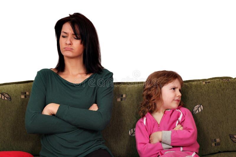 Modern och dottern grälar arkivbilder
