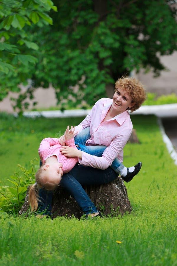 Modern och dottern i den soliga våren parkerar royaltyfria foton