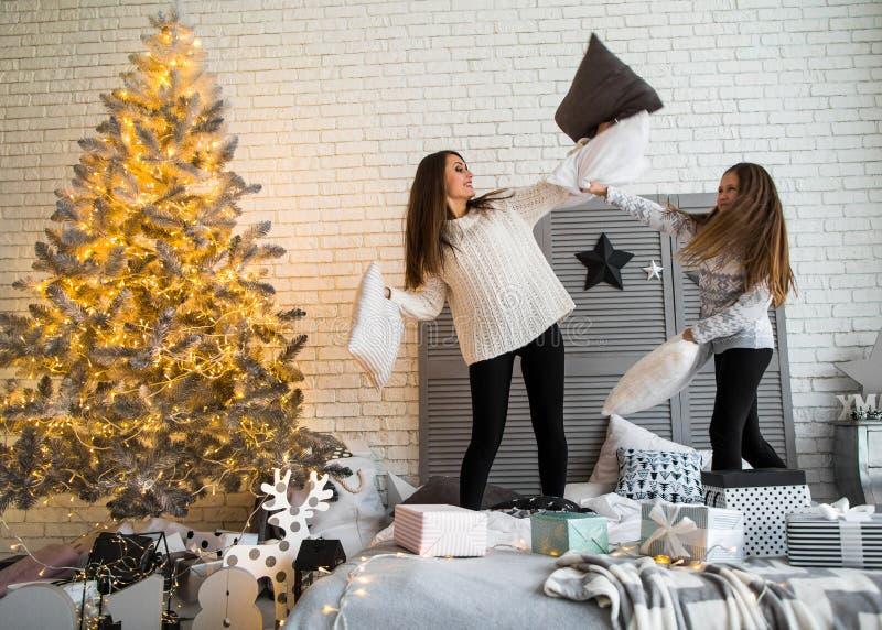Modern och dottern i jul har gyckel arkivbilder