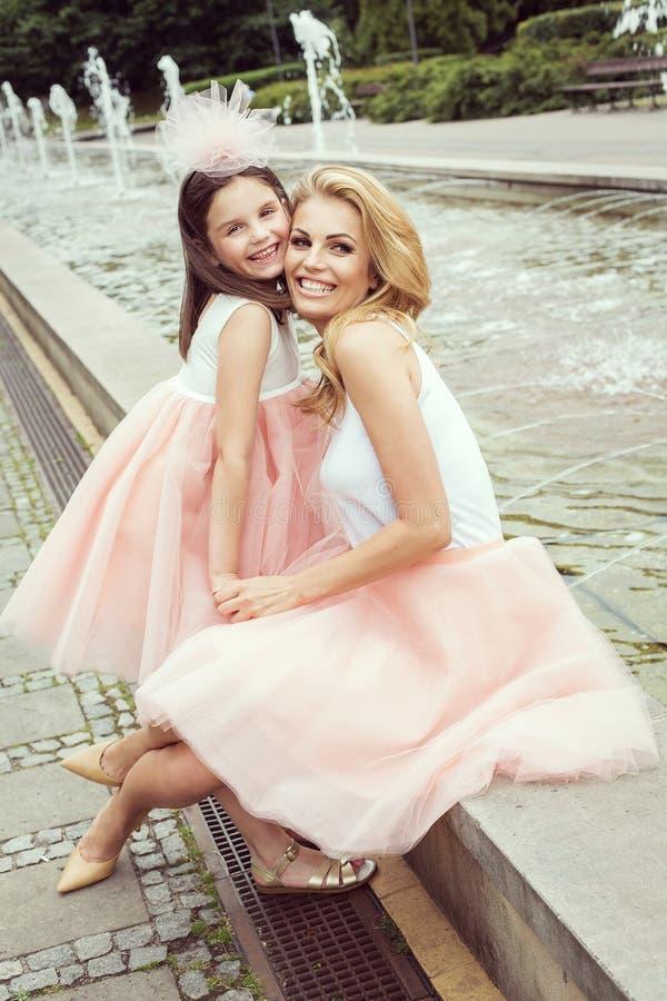 Modern och dottern i samma dräkter weared ballerinakjolkjolar arkivfoto
