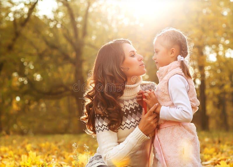 Modern och dottern som spelar i höst, parkerar royaltyfria foton