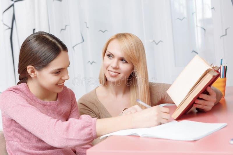 Modern och dottern studerar tillsammans fotografering för bildbyråer