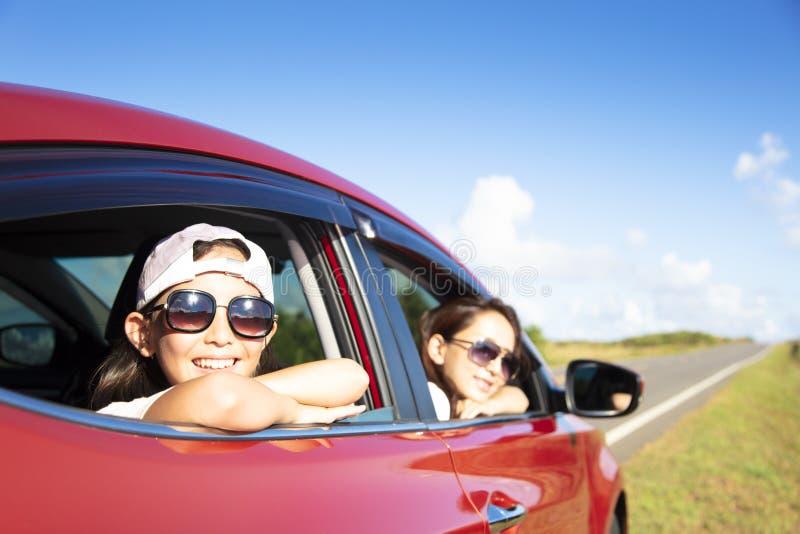 modern och dottern tycker om vägtur royaltyfri bild