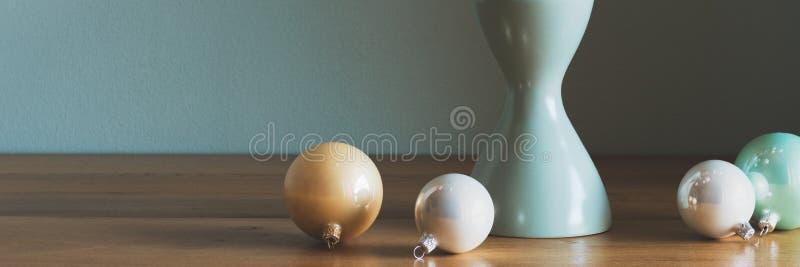 Modern och elegant enkel nordisk juldekor i guld, vit och turkos royaltyfri fotografi
