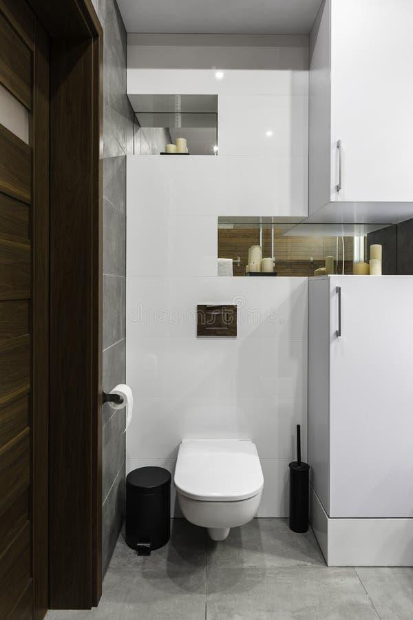 Modern och enkel toalett arkivfoton