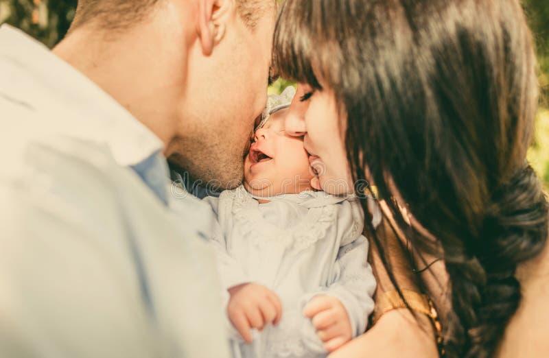 Modern och fadern och hennes nyfött behandla som ett barn utomhus- i parkera royaltyfria bilder