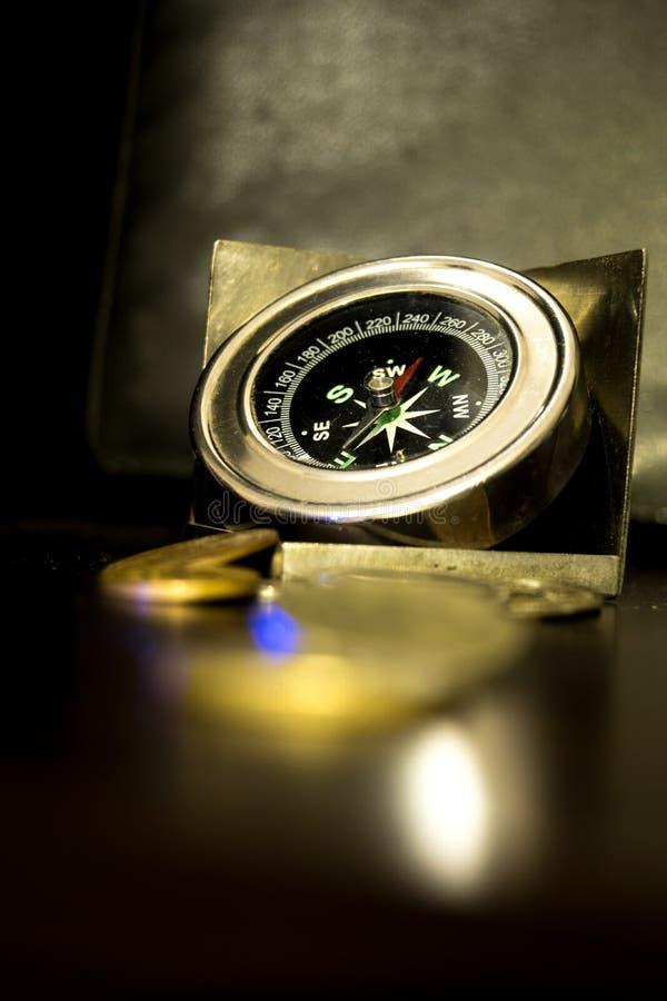 Modern och härlig kompass som används av alla arkivfoton