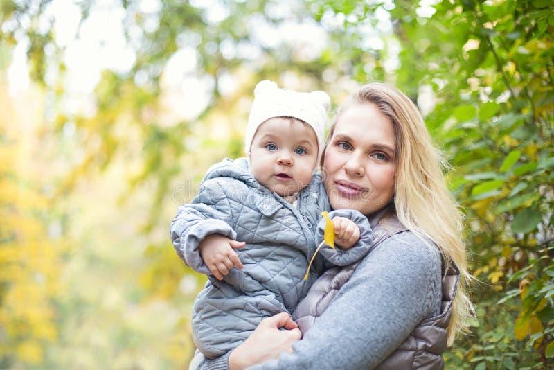 Modern och hennes lilla dotterlekkel p? h?st g?r i natur utomhus royaltyfria bilder