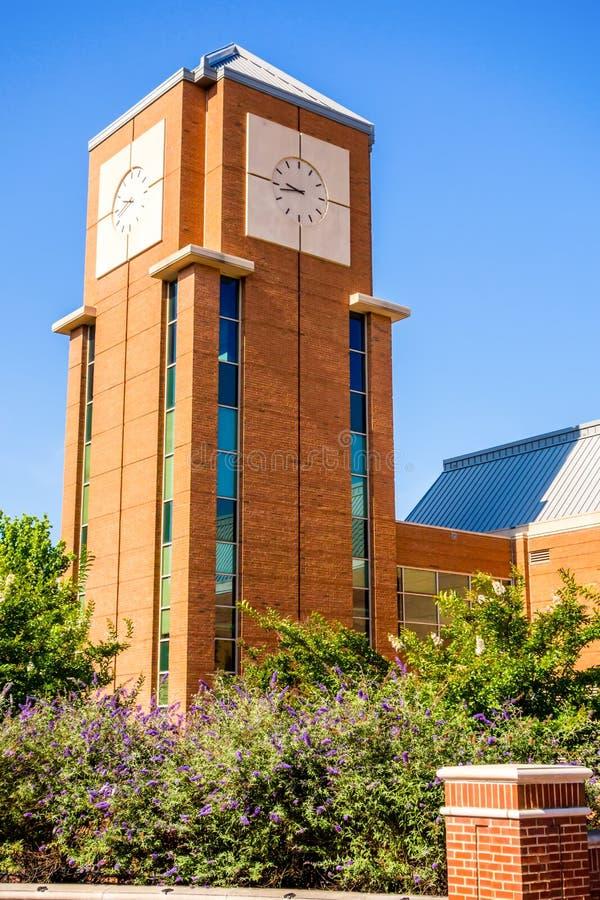 Modern och historisk arkitektur på högskolauniversitetsområdet royaltyfri fotografi