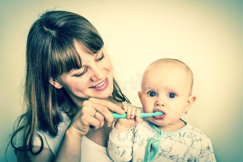 Modern och hon behandla som ett barn borsta retro stil för tänder tillsammans - royaltyfri bild