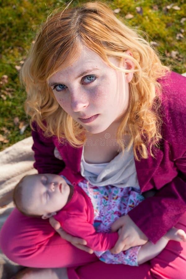 Modern och hon som sover, behandla som ett barn flickan från över royaltyfri fotografi