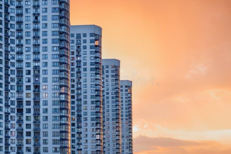 Modern och lyxig byggnad med balkongen hyreshusl?ge norway oslo Skyskrapor på skymning Stads- abstrakt bakgrund, detalj av royaltyfria foton