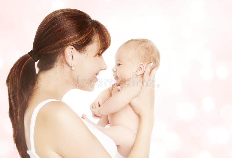 Modern och nyfött behandla som ett barn, mamman som ser till det nyfödda barnet arkivfoto