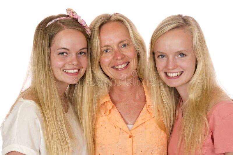 Modern och två döttrar poserar royaltyfria foton