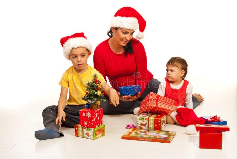 Modern och ungar förbereder sig för jul royaltyfri foto