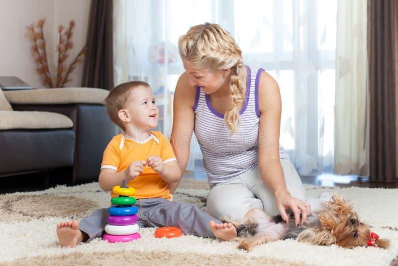 Modern och ungen har tidsfördriv tillsammans inomhus arkivfoton