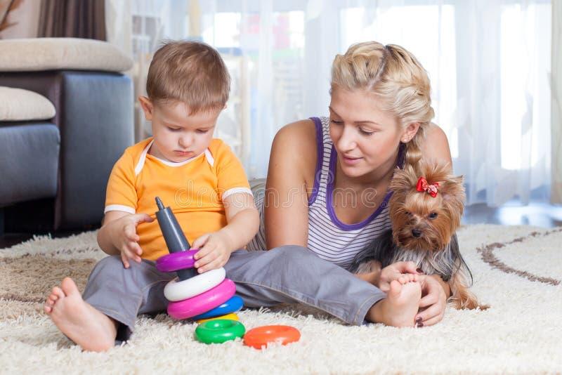 Modern och ungen spelar tillsammans inomhus royaltyfria foton