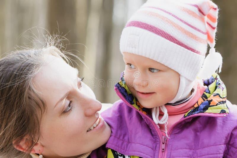 Modern omfamnar barnet royaltyfria foton