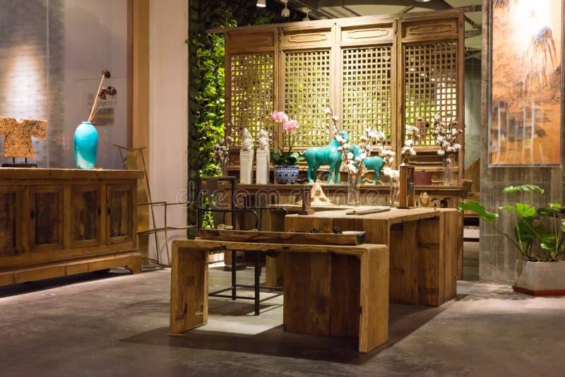 Modern ontwerp - het Binnenland, venster aangestoken houten meubilair, toont stock afbeelding