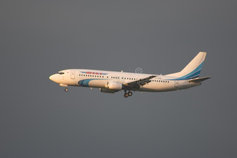 Modern passagerarflygplan i himlen arkivbild