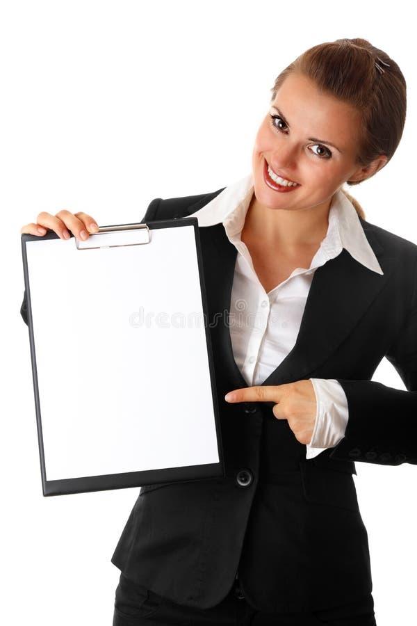 modern pekande kvinna för blank affärsclipboard fotografering för bildbyråer