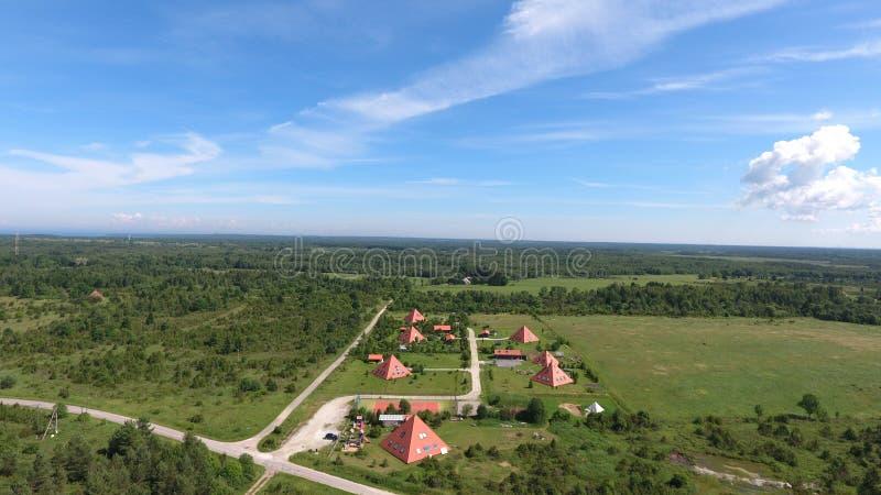 Modern pyramid i nordliga Estland Pyramidbyfågelperspektiv arkivfoto