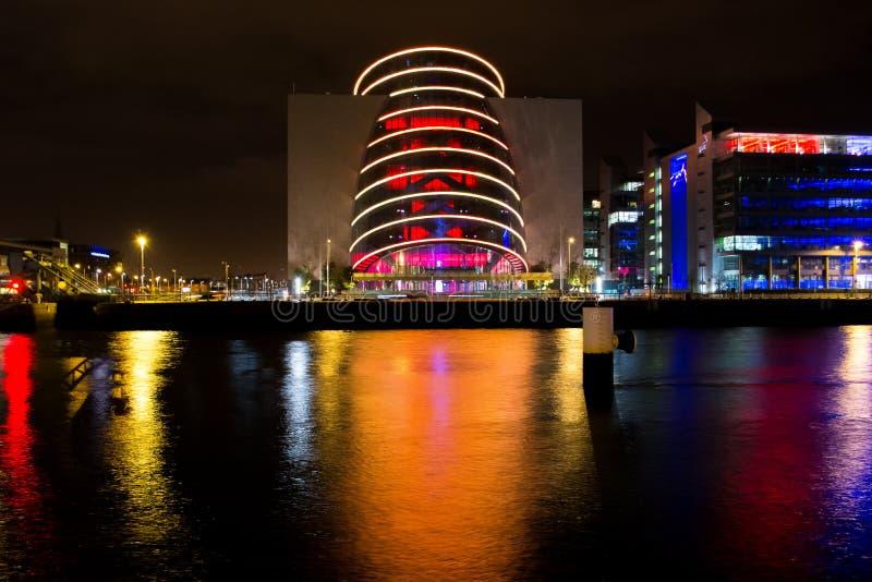 Modern regelmitt i Dublin, Irland på natten med reflexioner i floden royaltyfria bilder