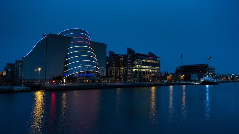 Modern regelmitt i Dublin, Irland på natten med reflexioner i floden royaltyfria foton