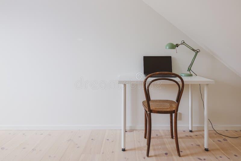 Modern retro binnenland Minimalistische werkruimte in een eenvoudig huisbureau royalty-vrije stock foto's