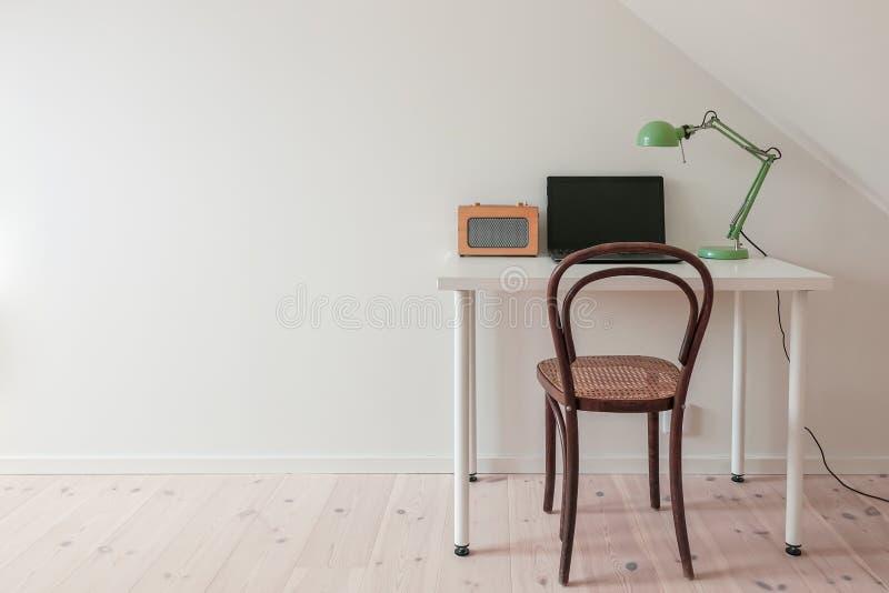 Modern retro minimalist workspace i ett enkelt inrikesdepartementetrum arkivbilder