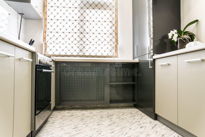 Modern romig wit keuken schoon binnenlands ontwerp royalty-vrije stock foto