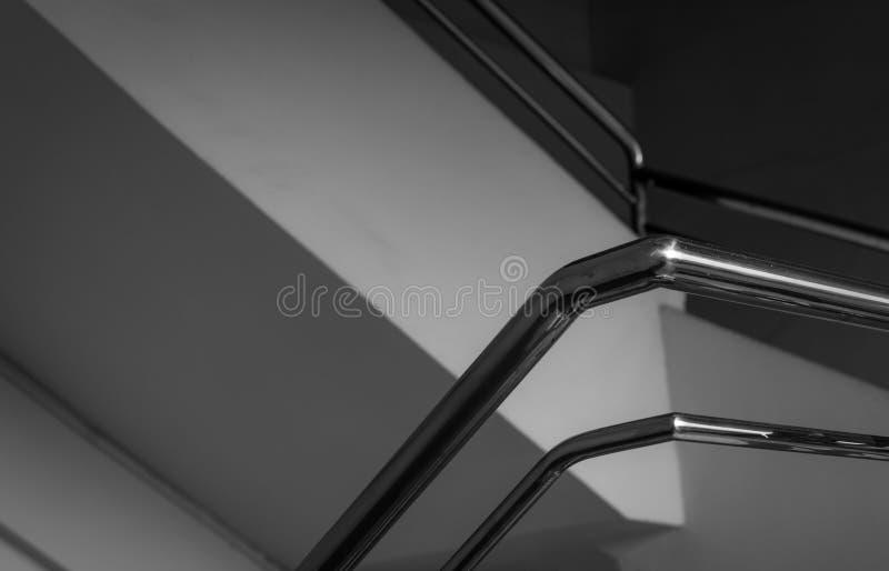 Modern rostfritt stålräcke i hus eller lägenhet Konkret trappa med den rostfria trappaledstången hemma Cementbyggnad inomhus royaltyfria foton