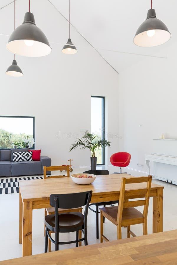 Modern ruim huis met witte muren stock afbeeldingen