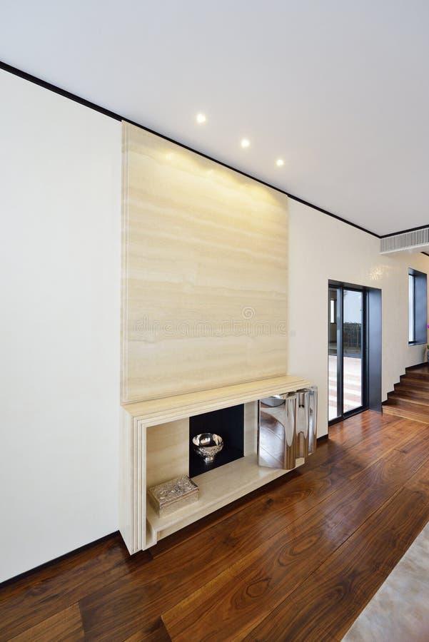Modern ruim zitkamer of woonkamerbinnenland met monochromatisch elegant meubilair en grote heldere vensters stock foto