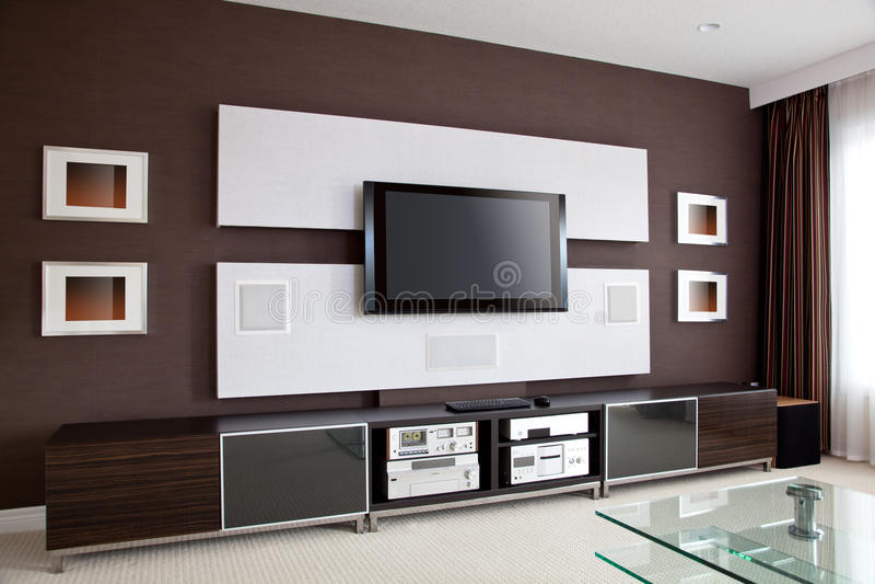 Modern ruminre för hem- teater med TV för plan skärm royaltyfri fotografi
