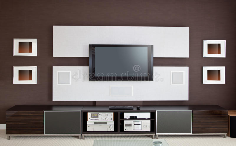 Modern ruminre för hem- teater med TV för plan skärm royaltyfria bilder