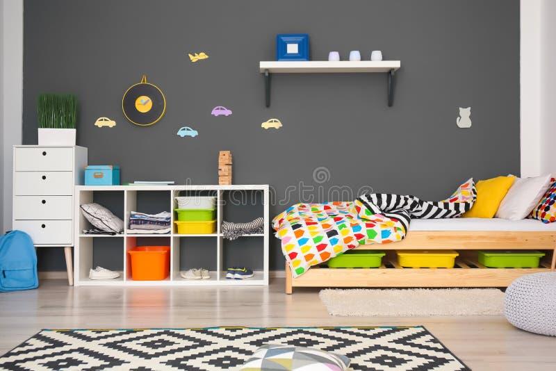 Modern ruminre med bekväm säng arkivbild