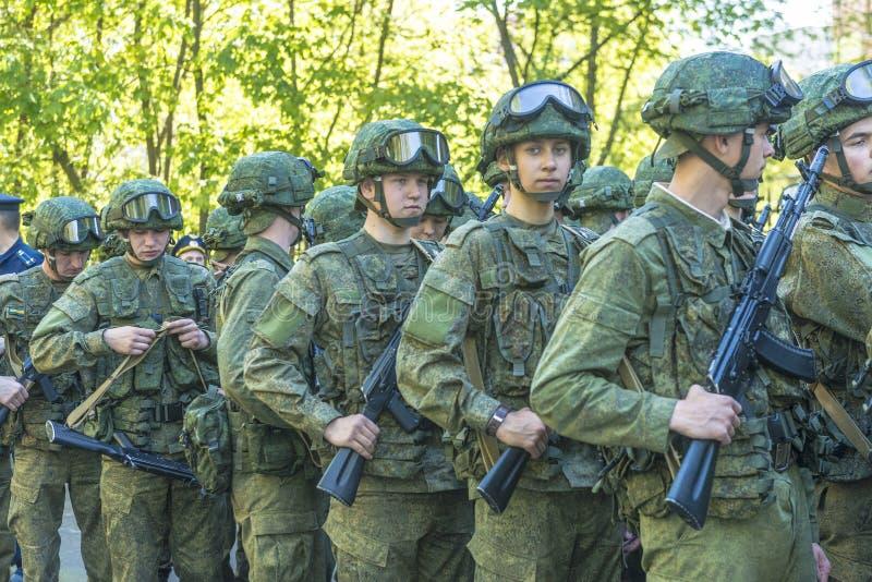 Modern Russisch militairenregiment in bereidheid met de Kalashnikov van aanvalsgeweren stock foto's
